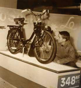 Vélosolex 1700 au Salon de Paris Janvier 1960 - Prix: 348 N.F.  Photo prise par le magazine  MIROIR-SPRINT, 10 rue des Pyramides, Paris 1er