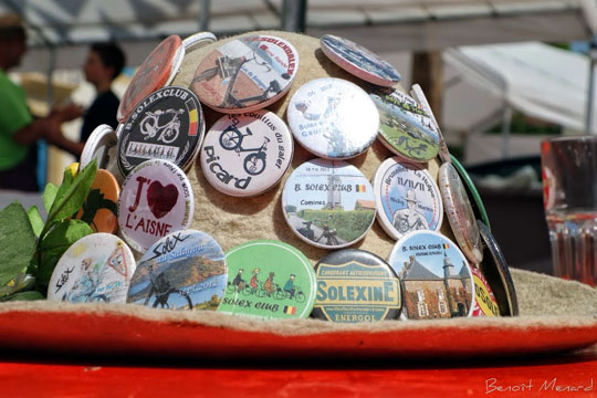 Une collection de badges d'une solexiste belge