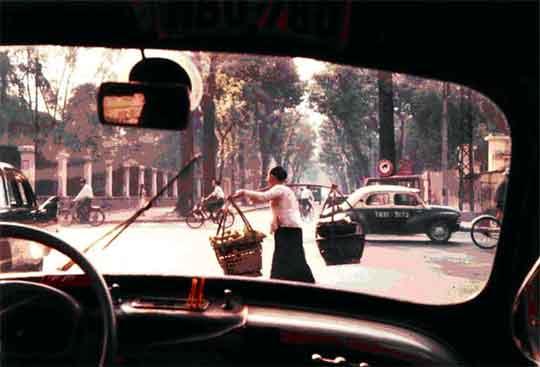 rue pasteur saigon avec un taxi renault 4 cv