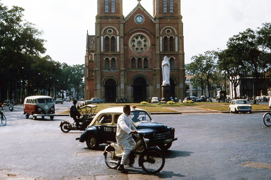 Cathedrale Notre Dame, taxi renault 4 CV Saigon