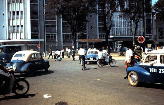 Taxi Renault 4 CV et Dauphine de Saïgon
