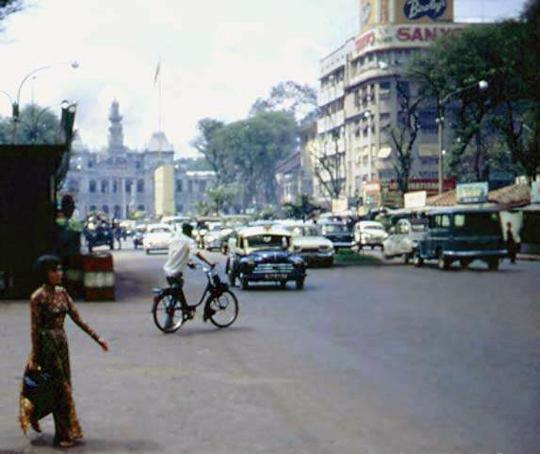 Velo-Solex devant l'Hôtel de Ville de Saïgon