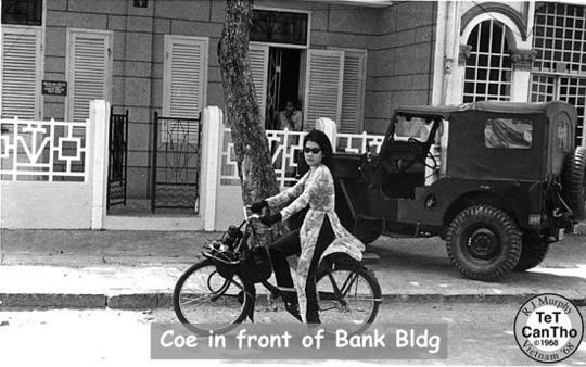 Coe jeune vietnamienne sur un solex 2200