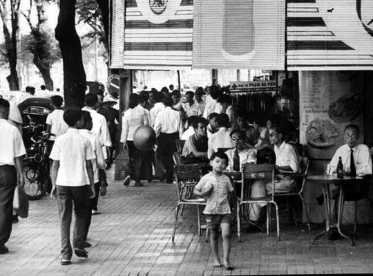 Saigonnais sur la terrasse d'un Café de Saïgon