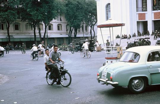 Saigon Velosolex 1700 et Renault Dauphine