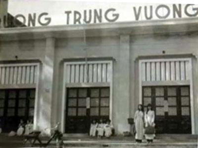Lycée de Saïgon avec un Solex