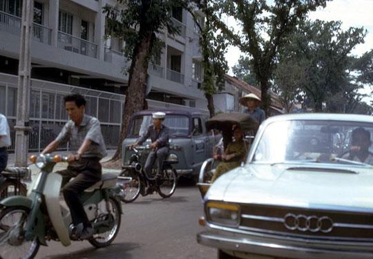 Un velosolex dans les embouteillages de Saïgon