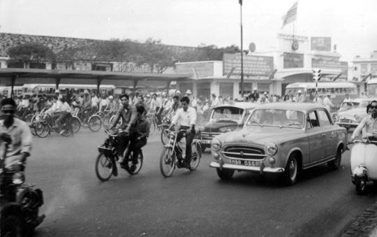 Solex & Peugeot 403 Saïgon la gare routière en 1966