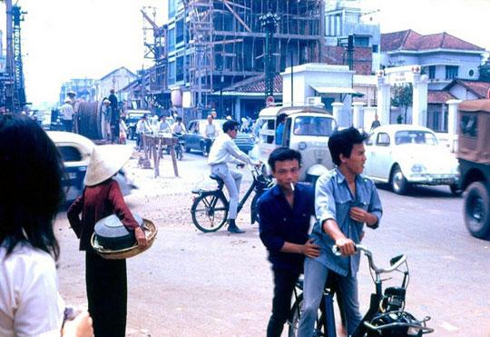 Trois solex 3800 dans une rue de Saïgon
