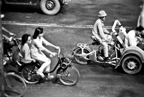 Deux vietnamiennes sur un velosolex