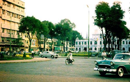 Vietnamienne en velosolex sur la boulevard Charner Saigon