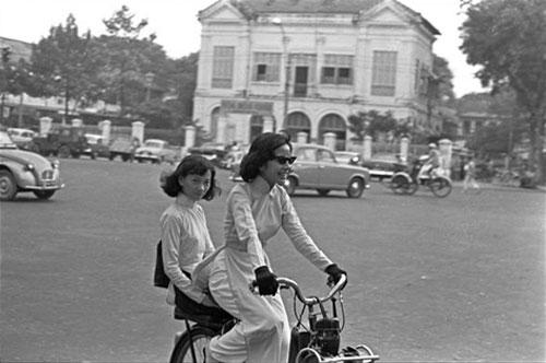 Vietnamiennes en velosolex sur la boulevard Charner Saigon