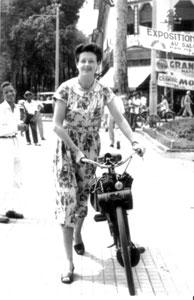 Femme en Velosolex rue catinat Saigon