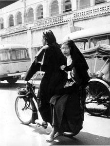 Deux Sœurs en Solex Saigon