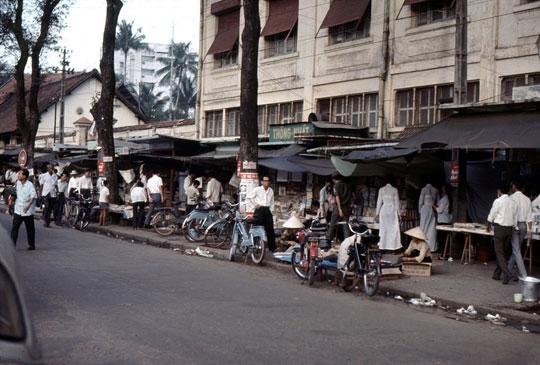 Les bouquinistes de Saïgon (Mobylettes et Vélosolex)