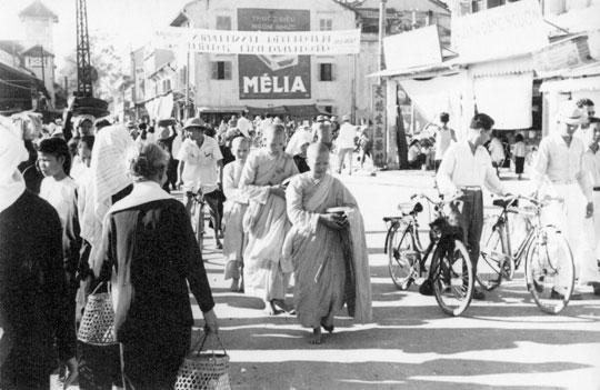 Procession Boudhiste et un Velosolex