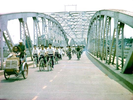 Un Vélosolex sur le pont Clemenceau à Hué