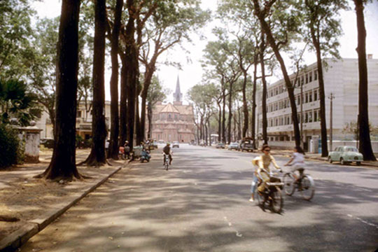 Velosolex, rue Duy Dân Cathedrale de Saïgon