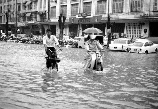 Innondation Boulevard Bonard Velosolex Saigon 1969