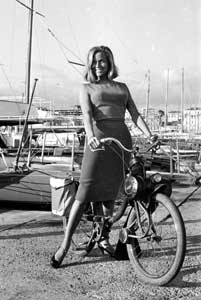 Honor Blackman sur un Solex 2200