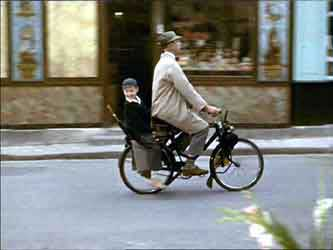 Monsieur Hulot et son neveu en velosolex